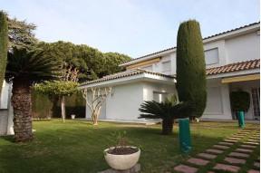 Вилла с прекрасным видом, бассейном, садом и гаражом на побережье Марезме