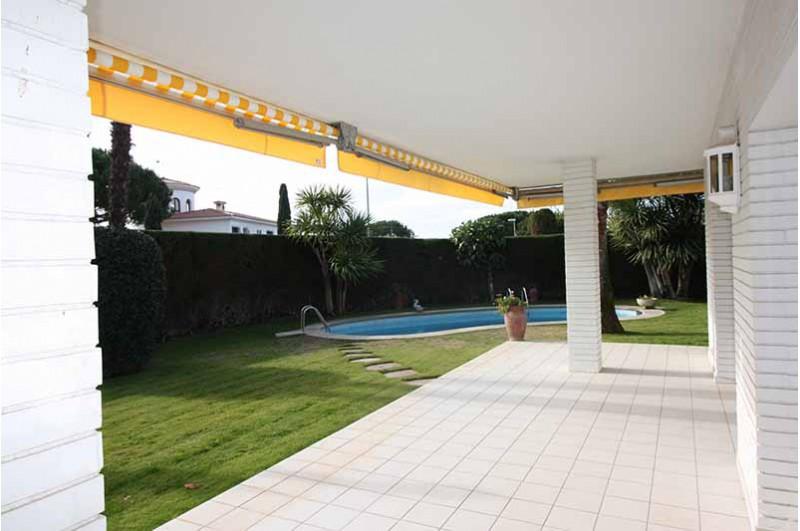 Villa con fant sticas vistas y piscina en la costa del for Piscina masnou