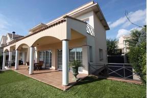 Полностью меблированный дом на продажу в городке Вилассар дэ Дальт, всего в 25 минутах к северу от Барселоны