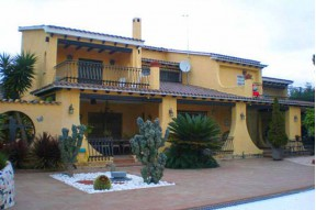 House with pool in 5 minutes to the beach by car, situated in Cabrera de Mar on the Maresme coast.