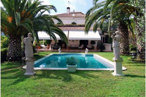 Villa with magnificent views of the sea with a well-groomed garden and a pool