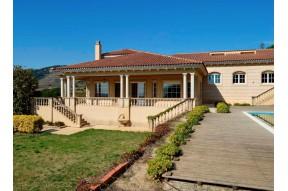 Дом с огромным участком 5000 м2 недалеко от города Барселона на побережье Марезме