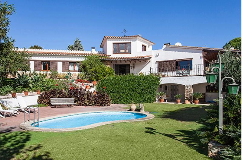 Encantadora casa con jard n piscina y vistas al mar en st - Casa con jardin barcelona ...