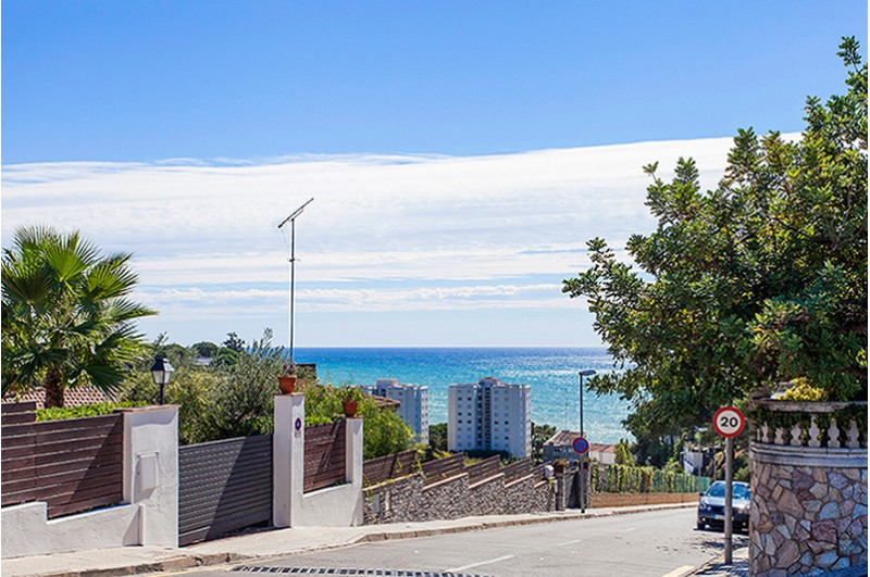 Encantadora casa con jard n piscina y vistas al mar en st for Piscina vilassar de mar